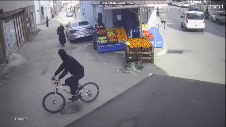 Bisikletli gaspçı kamerada
