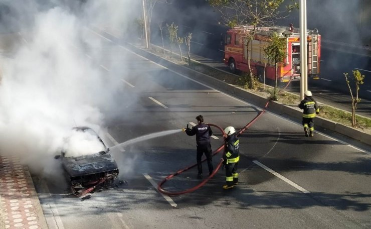 Seyir halindeki otomobil cayır cayır yandı