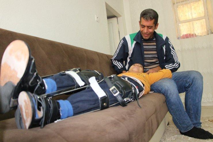 15 yaşındaki Gazi, bacaklarına takılan destek cihazı ile az da olsa rahat etti