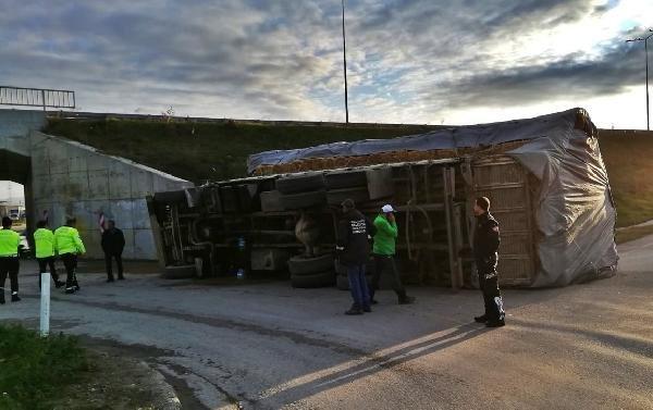 Gelibolu'da, devrilen kamyondaki iki kişi yaralandı