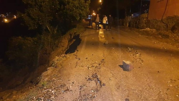 Samandağ'da aşırı yağış sonrası yol çöktü