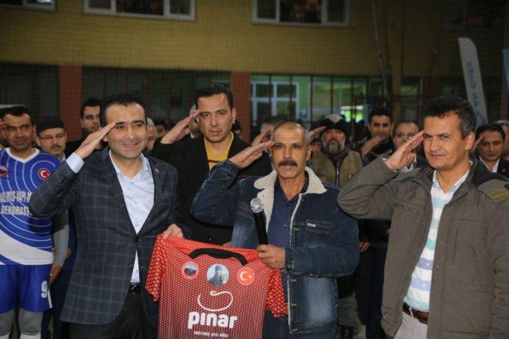 Şehitler anısına düzenlenen futbol turnuvasında şehit babası unutulmadı