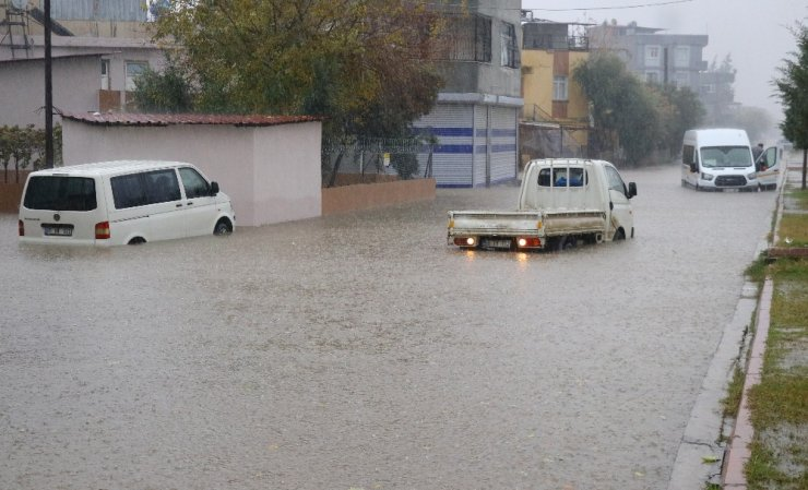 Adana'da eğitime yağmur engeli
