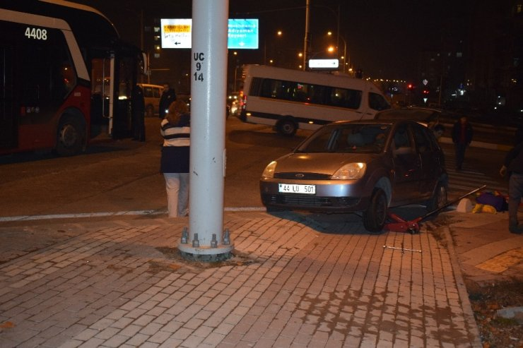 Malatya'da trambüs ile otomobil çarpıştı: 2 yaralı