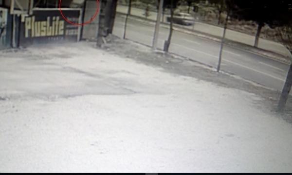 Rüzgarın etkisiyle yerinden çıkan tahta plaka, yürüyen kişiye çarptı