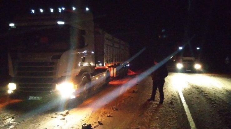 Sivas'ta kar yağışı sürücülere zor anlar yaşattı