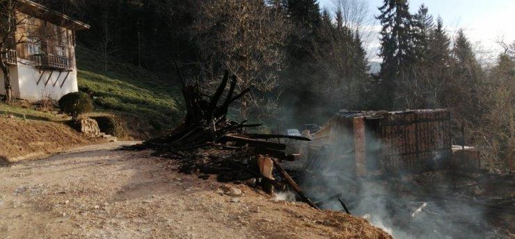 Çıkan yangında 100 yıllık hatıralar da yandı