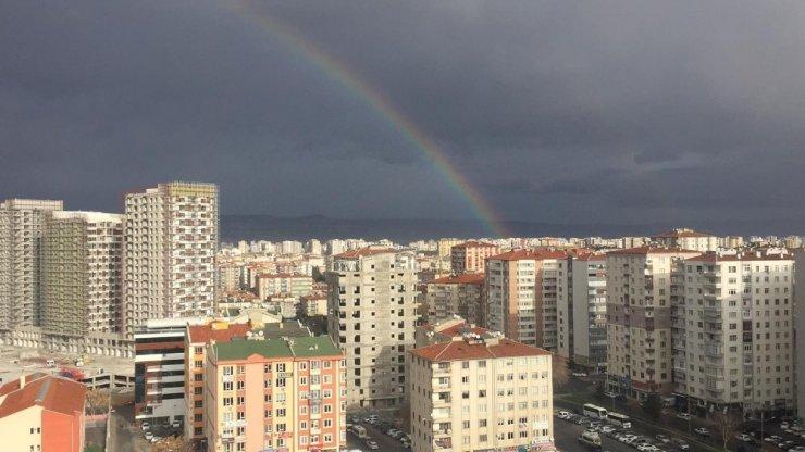 Kayseri'de ortaya çıkan gökkuşağı görsel şölen oluşturdu