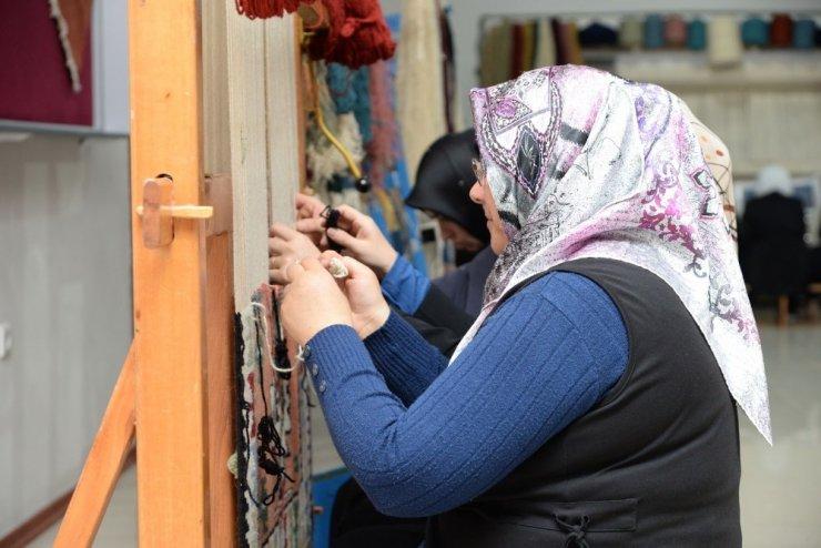 Kadınlar dokudukları halılarla ev ekonomisine katkı sağlıyor