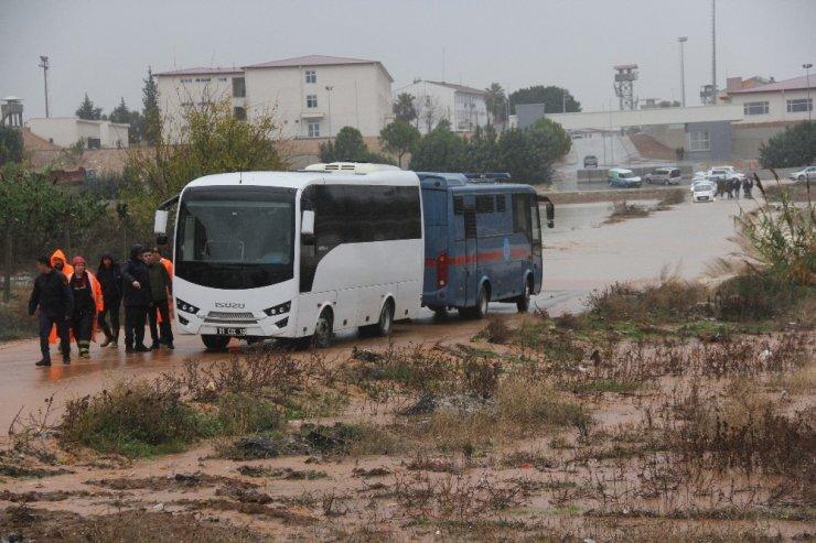 Mahkumlar nehre dönen cezaevi yolunda kaldı