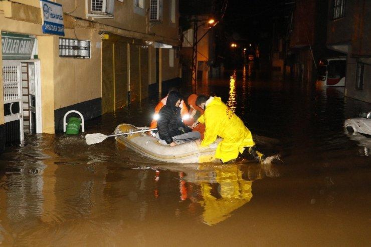 Sokaklar 1 metre su altında kaldı, mahsur kalan 9 kişi botla kurtarıldı