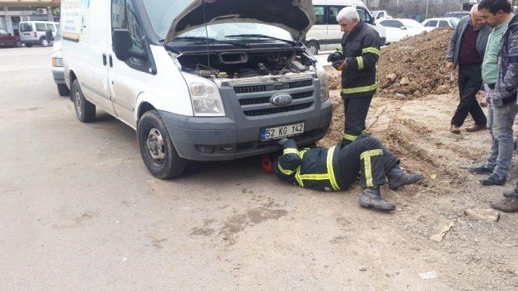 Motora sıkışan kediyi itfaiye kurtardı