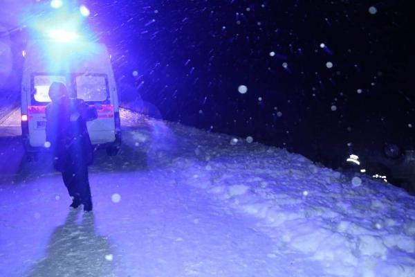 Konya'dan Erzurum istikametine giden hafif ticari araç karlı yolda şarampole devrildi