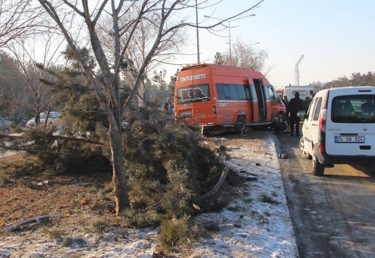 Makas atmak isteyen otomobilin çarptığı minibüs kaza yaptı: 11 yaralı