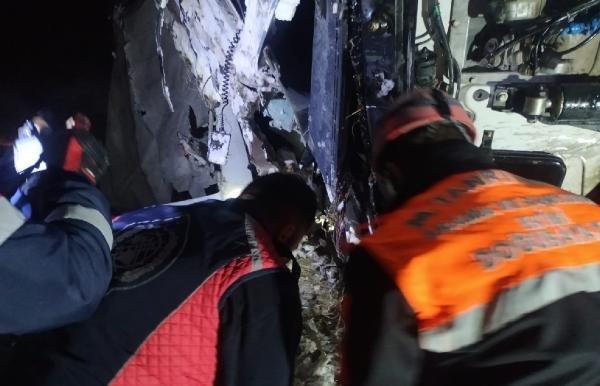 Buzda kayarak devrilen TIR'ın altında kalan sürücü öldü