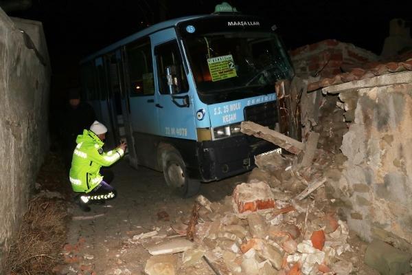 Evin duvarına çarpan yolcu minibüsünün sürücüsü yaralandı