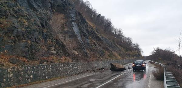 Yamaçtan kopan kaya yola düştü