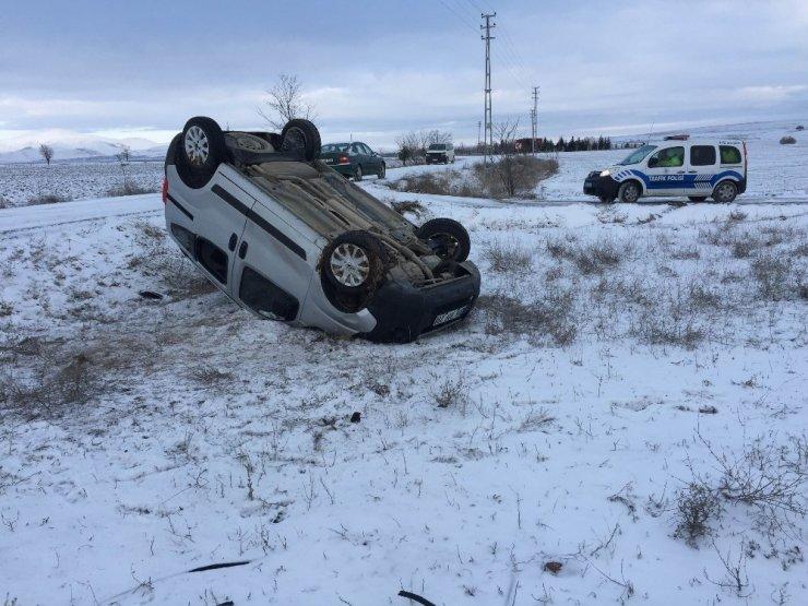 Hafif ticari araç şarampole yuvarlandı: 3 yaralalı