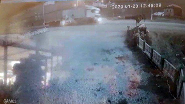 Isparta - Konya kara yolunda minibüse çarpan tır devrildi: 1 yaralı