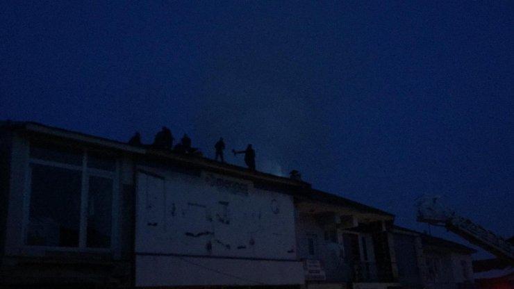 Karlıova'da iş yerinin çatısı yandı