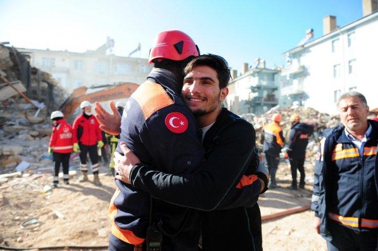 Elleriyle enkaz altından çıkarmıştı: Suriyeli Mahmut, Bakanlar Soylu ve Koca ile enkazda görüştü
