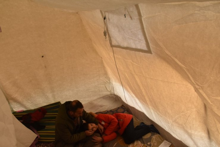 Depremzedeler geceyi çadırda geçiriyor