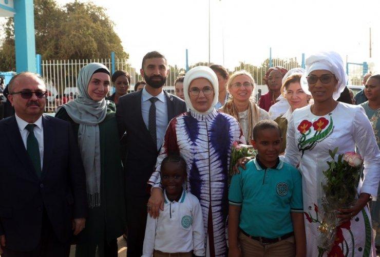 Emine Erdoğan'dan Gambiya'da Türk okuluna ziyaret