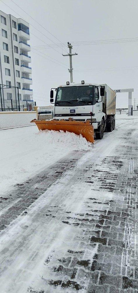 Kar nedeni ile kapanan yollar körüklü makinelerle açılıyor