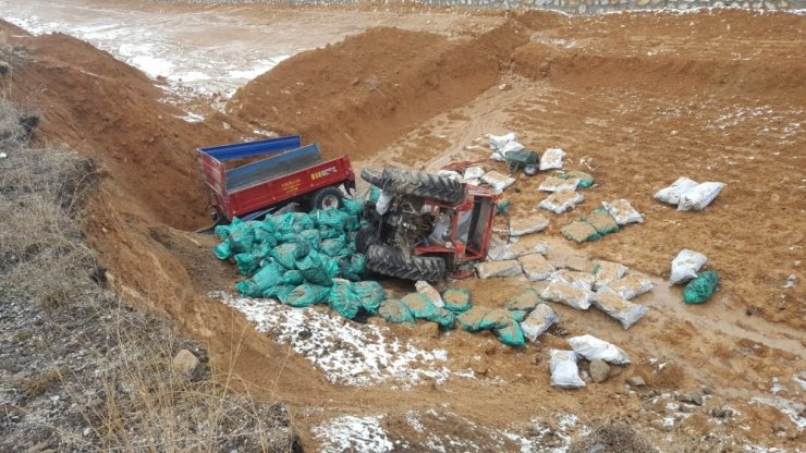 Otomobille çarpışan kömür yüklü traktör şarampole uçtu