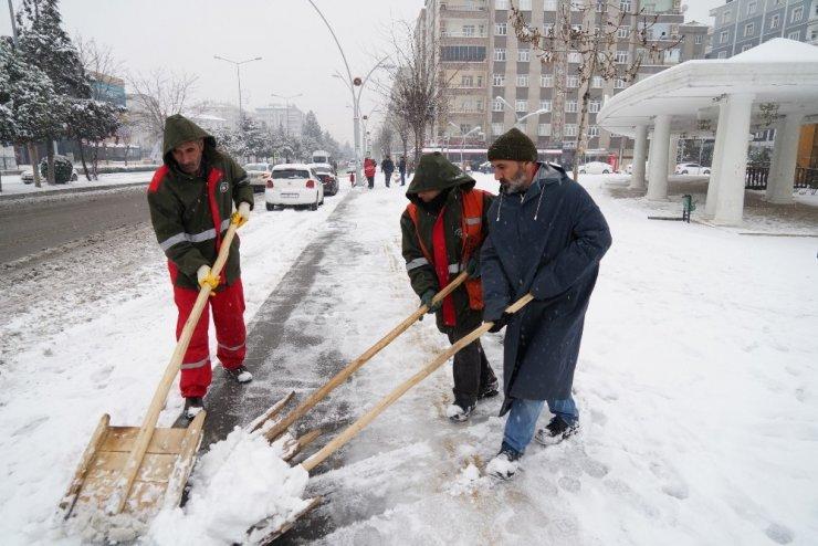 Büyükşehir Belediyesi'nden kaldırım temizleme ve tuzlama çalışması