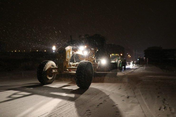Karaköprü'de karla mücadele sürüyor