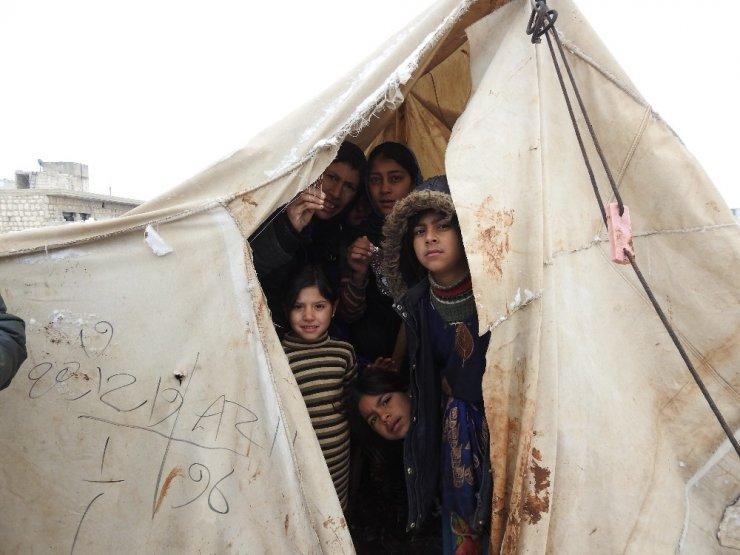 İdlib'den kaçan Suriyeliler kar ve soğukla mücadele ediyor