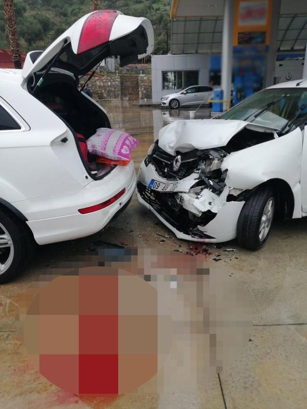 Akaryakıt istasyonunda kaza anı güvenlik kamerasında: 2 yaralı