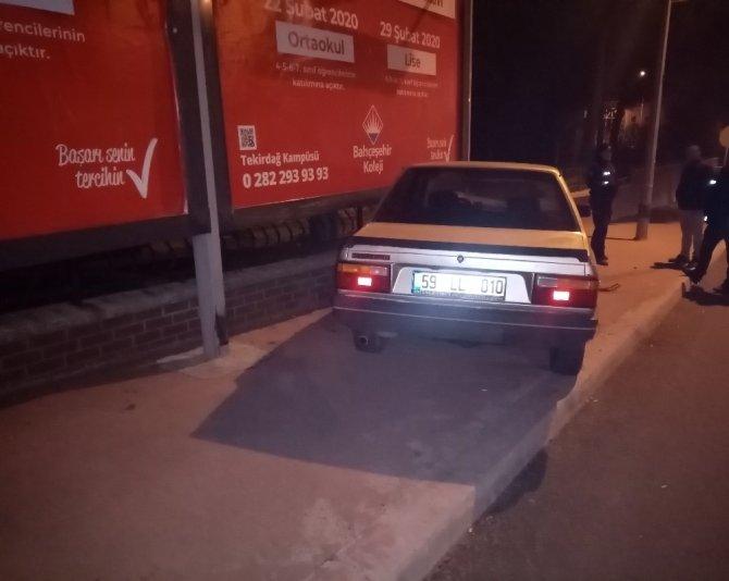 Ters yöne giren araç tabelaya çarptı: 1 yaralı