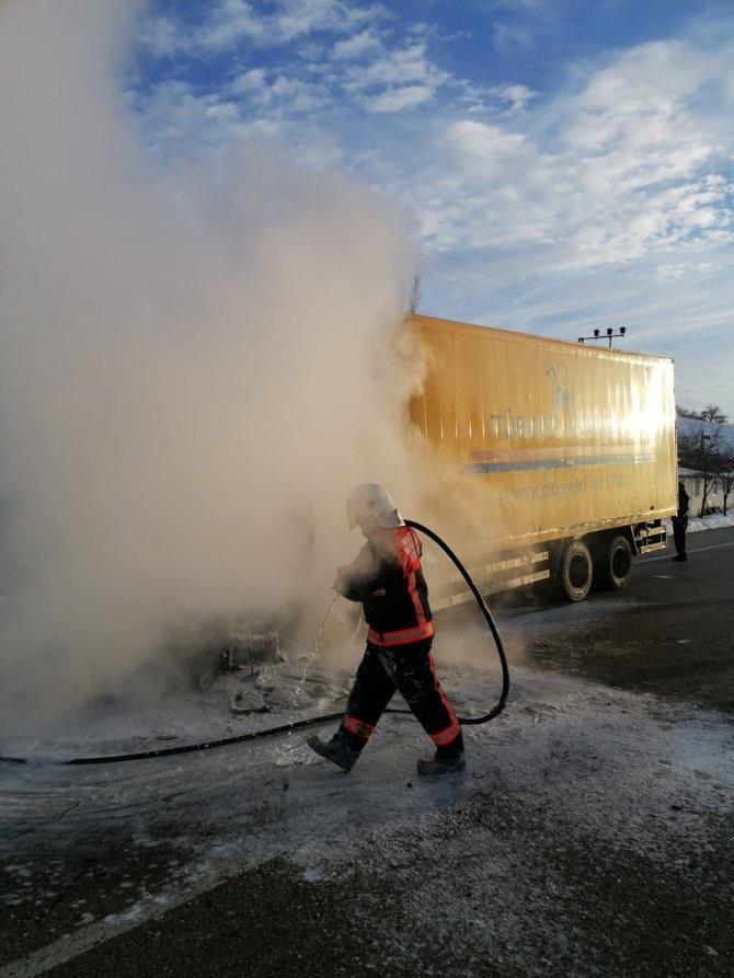 Elazığ'daki depremzedelere gönderilen yardım yüklü TIR, Malatya'da yandı