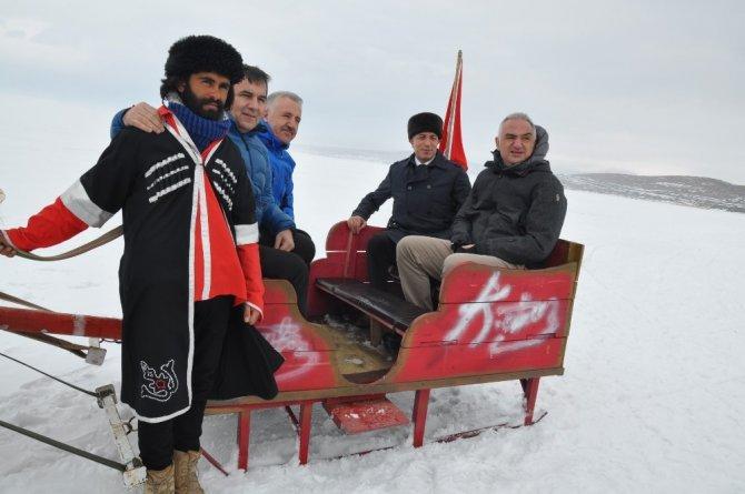 Bakan Ersoy Eskimo usulü balık tuttu