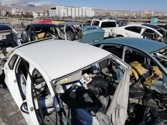 Çalıntı ve hacizli otomobilleri parçalayıp, yedek parça olarak satan 3 kişi yakalandı