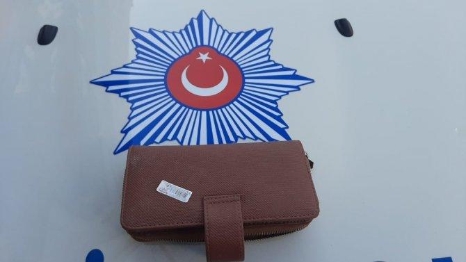 Bulduğu cüzdanı polise teslim etiler