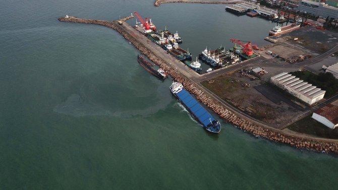Tuzla'da çarpışan gemiler yan yattı