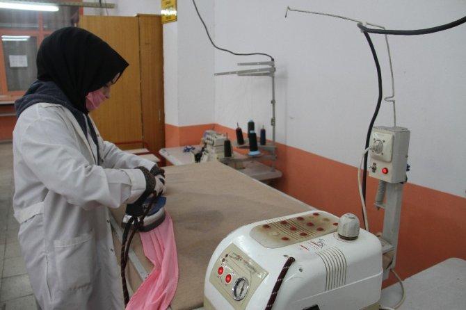 Beyşehir'de öğretmen ve meslek lisesi öğrencileri maske üretimine başladı