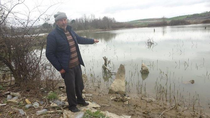 Ölmüşlerine dua etmek için gölün içine giriyorlar