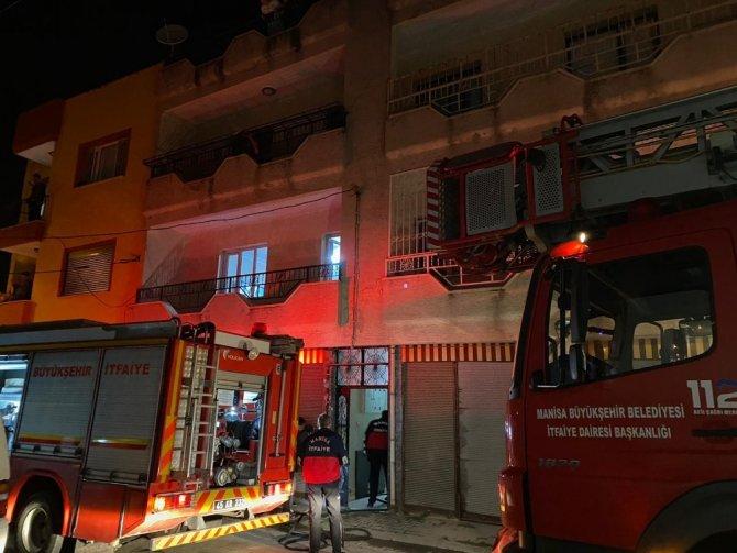 Anne ve 3 çocuğu yangında mahsur kaldı