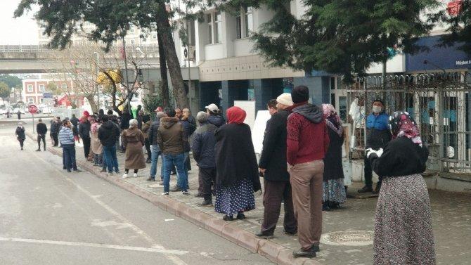 PTT önünde yine sosyal mesafe kurallarını ihlal