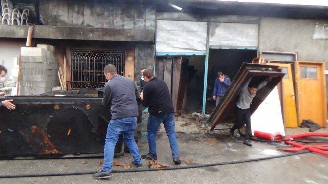 Elektrik kontağından çıkan yangında 2 iş yeri ve 1 depo zarar gördü