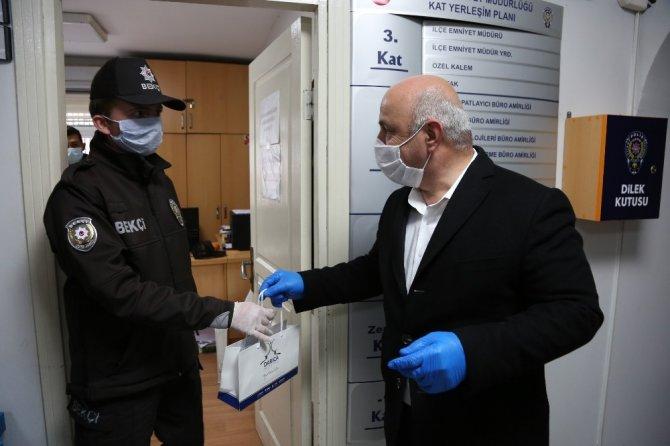 Başkan Bıyık, polislere ve muhtarlara maske dağıttı