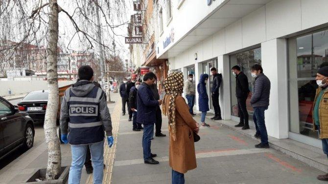 Kars'ta polislerden yoğun korona virüs mesaisi