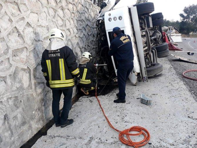 Hırdavat yüklü kamyonet devrildi: 1 ölü
