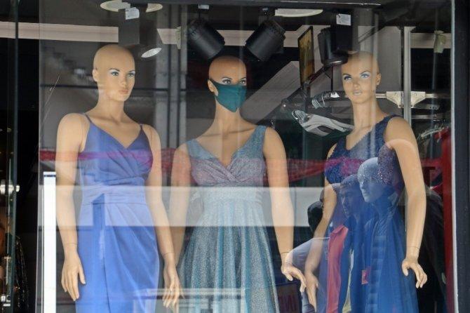 Antalya'da 'korona' modası vitrinleri süslüyor