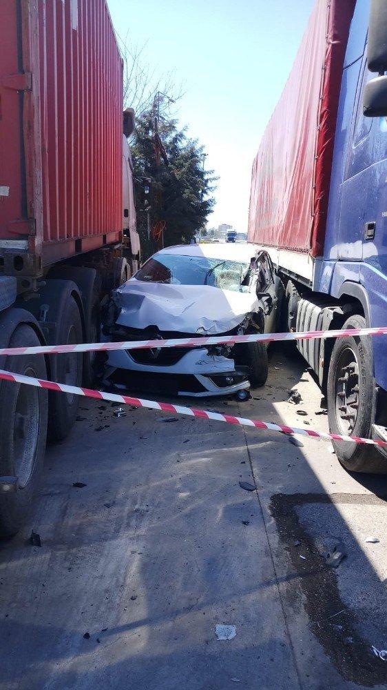 İki tırın arasına giren otomobil hurdaya döndü: 2 yaralı