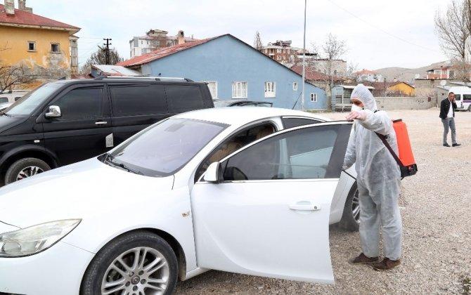 Van Büyükşehir Belediyesi sivil araçları da dezenfekte ediyor